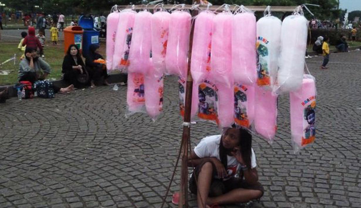 Gulali, Jajanan manis ini merupakan salah satu jajanan favorit yang legendaris, teksturnya yang lembut dan berwarna cerah menjadi idola anak – anak. Biasanya pedagang Gulali mudah ditemukan di tempat wisata atau pesta rakyat. (Istimewa)