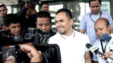 Pedangdut Saipul Jamil saat menjawab pertanyaan awak media di Gedung KPK, Jakarta, Kamis (22/12). Saipul menjalani pemeriksaan perdana sebagai tersangka kasus dugaan suap penanganan perkara di Pengadilan Negeri Jakarta Utara. (Liputan6.com/Helmi Afandi)