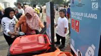 Relawan memilah sampah yang bisa didaur ulang saat Gerakan Indonesia Bersih di area Car Free Day, Bundaran HI, Jakarta, Minggu (28/4/2019). Pemerintah meluncurkan aksi peduli sampah lewat 'Gerakan Indonesia Bersih' dengan menerapkan sistem 3R (reduce, reuse, recycle). (merdeka.com/Iqbal S. Nugroho)