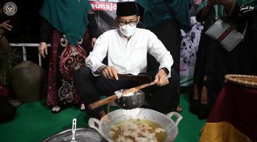 Aksi Sandiaga Uno Membuat Kue Keukarah, Jajanan Khas Aceh untuk Buka Puasa