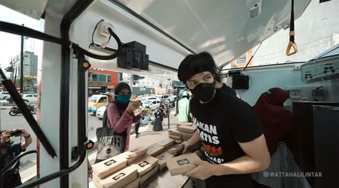 Atta Halilintar bagikan nasi padang gratis (Youtube/Atta Halilintar)
