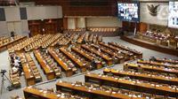 Suasana Rapat Paripurna DPR RI Ke-16 Masa Persidangan IV Tahun Sidang 2020-2021 di Kompleks Parlemen, Senayan, Jakarta, Jumat (9/4/2021). Rapat membahas persetujuan fraksi-fraksi terhadap pertimbangan penggabungan kementerian.  (Liputan6.com/Angga Yuniar)