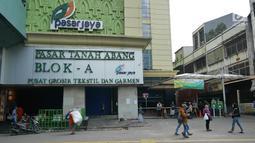 Aktivitas sejumlah orang di depan gedung pasar Blok A Tanah Abang, Jakarta, yang tutup pada Kamis (23/5/2019). Pengelola Pasar Tanah Abang menutup sementara aktivitas perdagangan demi mengantisipasi dampak kericuhan Jakarta dalam beberapa hari ini. (Liputan6.com/Herman Zakharia)