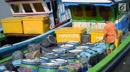 Seorang anak memeriksa air bersih dalam jiriken di atas perahu yang ada di Jakarta Utara, Rabu (9/5). Sulitnya mendapatkan air bersih memaksa nelayan membelinya kepada pengepul dengan harga yang mahal. (Liputan6.com/Angga Yuniar)