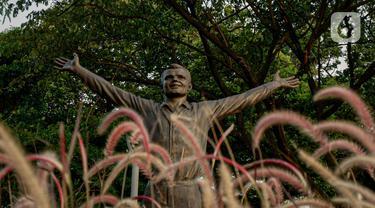 Patung Kosmonaut Rusia Yuri Alekseyevich Gagarin atau akrab disebut Yuri Gagarin yang diletakkan di Taman Mataram, Kebayoran Baru, Jakarta, Minggu (14/3/2021). Pemerintah Rusia menghadiahkan patung itu kepada pemerintah Indonesia sebagai simbol persahabatan kedua negara. (Liputan6.com/Faizal Fanani)