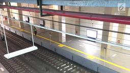 Petugas beraktivitas di sekitar Stasiun Sudirman Baru, Jakarta, Rabu (7/2). Longsor yang terjadi pada underpass di Jalan Perimeter Selatan Bandara Soekarno-Hatta membuat operasional kereta bandara harus dihentikan. (Liputan6.com/Immanuel Antonius)