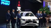 Mitsubishi Outlander PHEV diklaim dapat menempuh jarak hingga 600 kilometer dengan kondisi tangki bensin dan baterai terisi penuh. (Amal A/Liputan6.com)
