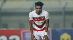 Pemain Madura United, Alfin Tuasalamony, tampak lesu usai ditaklukkan Persebaya Surabaya pada laga Piala Menpora 2021 di Stadion Si Jalak Harupat, Bandung, Minggu (28/3/2021). Madura United takluk dengan skor 2-1. (Bola.com/M Iqbal Ichsan)