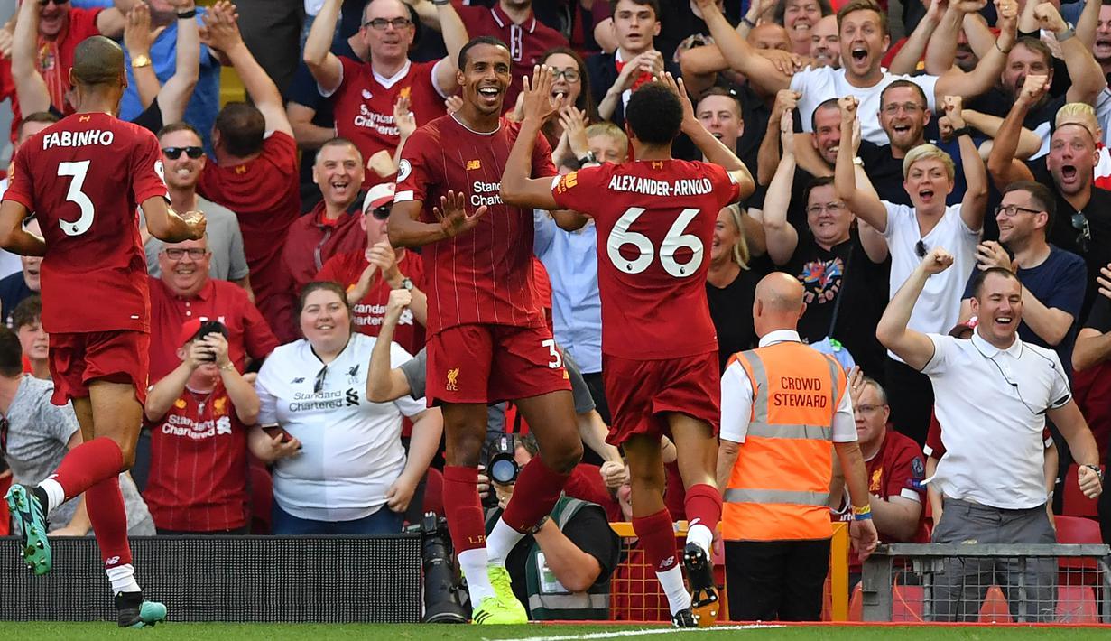 Para pemain Liverpool merayakan gol yang dicetak Joel Matip ke gawang Arsenal pada laga Premier League di Stadion Anfield, Liverpool, Sabtu (24/8). Liverpool menang 3-1 atas Arsenal. (AFP/Ben Stansall)