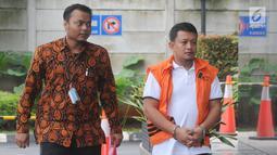Staf Kemenpora Eko Triyanto (kanan) tiba di Gedung KPK, Jakarta, Rabu (23/1). KPK menetapkan lima tersangka terkait kasus dugaan suap dan gratifikasi dana hibah dari Kemenpora ke KONI. (Merdeka.com/Dwi Narwoko)