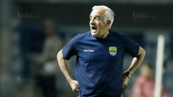 Pelatih Persib, Mario Gomez, memberikan arahan kepada anak asuhnya saat pertandingan melawan PSM pada laga Piala Presiden di Stadion GBLA, Bandung, Jumat (26/1/2018). Persib takluk 0-1 dari PSM. (Bola.com/M Iqbal Ichsan)