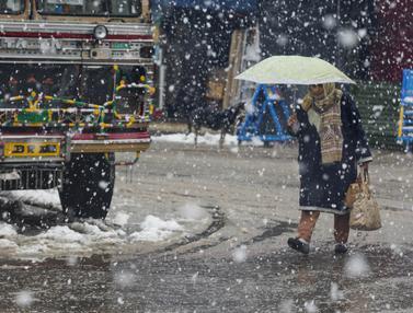 Aktivitas Warga Kashmir Saat Diguyur Hujan Salju