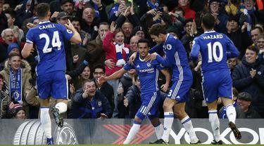 Para pemain Chelsea merayakan gol yang dicetak Pedro ke gawang Bournemouth pada laga Premier League di Stadion Stamford Bridge, Inggris, Selasa (26/12/2016). Chelsea menang 3-0 atas Bournemouth. (Reuters/Peter Nicholls)