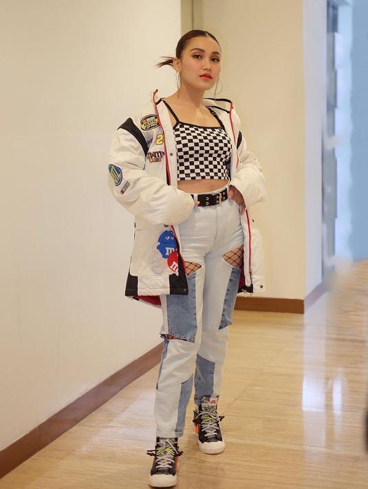 Gaya hip hop ala idol K-Pop ini tampak cocok dengan Ayu Ting Ting. Ia tampil trendy dengan tank top motif kotak-kotak yang dipadu dengan jaket warna putih. (Foto: instagram.com/ayutingting92)