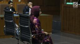 Mantan Dirut PT Pertamina (Persero), Karen G Agustiawan saat menjalani sidang perdana sebagai terdakwa di Pengadilan Tipikor, Jakarta, Kamis (31/1). Sebelumnya, Karen ditetapkan sebagai tersangka sejak 22 Maret 2018. (Liputan6.com/Helmi Fithriansyah)