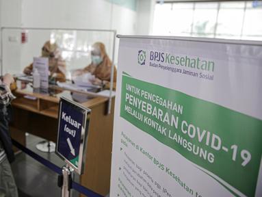 Pegawai melayani warga di Kantor BPJS Kesehatan Cabang Jakarta Selatan, Jumat (15/5/2020). Pemerintah akan menaikkan iuran BPJS Kesehatan pada 1 Juli 2020 dengan rincian kelas I naik menjadi Rp150.000, kelas II menjadi Rp100.000 dan kelas III menjadi 42.000. (Liputan6.com/Faizal Fanani)