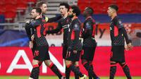Para pemain Liverpool merayakan gol yang dicetak oleh Sadio Mane ke gawang RB Leipzig pada laga Liga Champions di Stadion Puskas, Rabu (17/2/2021). Liverpool menang dengan skor 2-0. (AP/Laszlo Balogh)