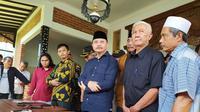 Iwan Saputra (Berkopiah Hitam), saat memberikan penjelasan di depan wartawan, sebelum mengembalikan formulir pendaftaran dukungan partai untuk pilkada Tasikmalaya 2020. (Liputan6.com/Jayadi Supriadin)