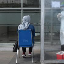 Petugas melakukan swab test antigen kepada pemudik saat arus balik Lebaran di Terminal Pulogebang, Jakarta, Jumat (21/5/2021). Satu minggu setelah Lebaran, pemudik yang tiba di Terminal Pulogebang wajib menjalani tes COVID-19. (merdeka.com/Imam Buhori)
