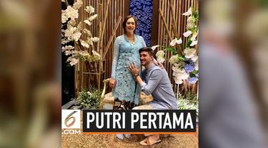 Aura Kasih melahirkan buah hati pertamanya yang berjenis kelamin perempuan pada 16 Juni 2019. Ia mengucapkan sukur dan mengunggah foto perdana putrinya di Instagram.