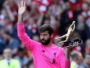 Ekspresi Kiper Liverpool Alisson Becker Raih Golden Glove