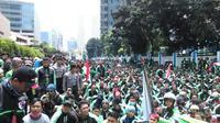 Pengemudi GrabBike berunjuk rasa di kantornya, Kuningan, Jakarta Selatan.
