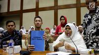 Calon jemaah umrah First Travel menunjukkan dokumen saat mendatangi gedung DPR bertemu dan mengadu ke Komisi VIII DPR Fraksi PPP, di Kompleks Parlemen, Senayan, Jakarta, Jumat (18/8). (Liputan6.com/Johan Tallo)
