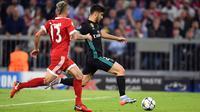 Pemain Real Madrid, Marco Asensio mencetak gol untuk timnya ke gawang Bayern Munchen pada leg pertama semifinal Liga Champions di Allianz Arena, Rabu (25/4). Real Madrid berhasil menumbangkan Bayern Munchen 2-1. (Andreas Gebert/dpa via AP)