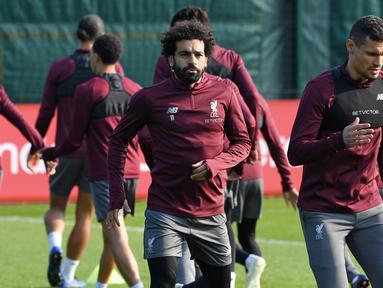 Penyerang Liverpool, Mohamed Salah, tampak serius saat mengikuti sesi latihan jelang laga Liga Champions di Melwood, Liverpool, Senin (8/4). Liverpool akan berhadapna dengan Porto. (AFP/Paul Ellis)