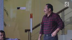 Wakil Ketua DPRD Bekasi, Jejen Sayuti seusai menjalani pemeriksaan di Gedung KPK, Jakarta, Jumat (25/1). Jejen diperiksa sebagai saksi kasus dugaan suap izin Meikarta dengan tersangka Kabid Tata Ruang Dinas PUPR Neneng Rahmi (Liputan6.com/Herman Zakharia)
