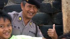 Ini sosok polisi kocak dan jago lempar berbagai benda ke target yang berada di balik video viral 'Masuk Pak Eko'. (Instagram)