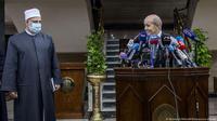Menlu Prancis Jean-Yves Le Drian dan perwakilan dari Al-Azhar di Kairo, Mesir. (AP)