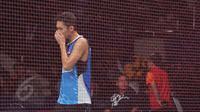 Tunggal putra Indonesia, Jonatan Christie tertunduk usai dikalahkan Jan O Jorgensen asal Denmark di perempatfinal BCA Indonesia Open Superseries Premier 2015 di Jakarta, Jumat (5/6/2015). Jonatan kalah 13- 21, 16-21. (Liputan6.com/Herman Zakharia)