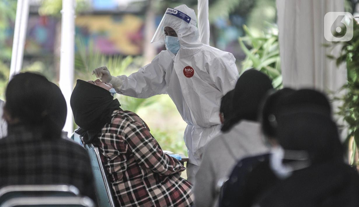 Peserta Ujian Tulis Berbasis Komputer (UTBK) Seleksi Bersama Masuk Perguruan Tinggi Negeri (SBMPTN) 2021 saat menjalani tes swab antigen di Kompleks Universitas Negeri Jakarta, Senin (12/4/2021). (merdeka.com/Iqbal S. Nugroho)