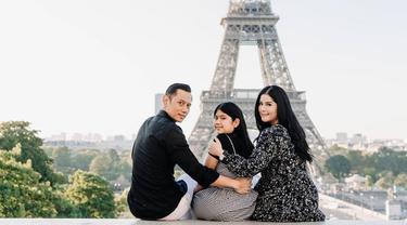 Annisa Pohan, perempuan yang mengawali karier sebagai model ini tengah menikmati keindahan kota Paris. Dengan pemandangan menara Eiffel, Annisa duduk bersama anak dan suaminya terlihat begitu mesra. (Liputan6.com/IG/@annisayudhoyono)