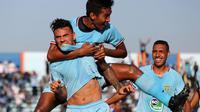 Pemain Persela Alex dos Santos, M. Zaenuri, dan Delvin Rumbino merayakan gol ke gawang Bali United di Stadion Surajaya, Lamongan, Kamis (18/7/2019). (Bola.com/Aditya Wany)
