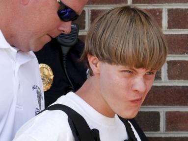 Polisi menangkap Dylann Roof, terduga pelaku penembakan 9 orang di gereja Emanuel AME di Charleston, South Carolina, Amerika Serikat, Kamis (18/6/2015). (REUTERS/Jason Miczek)