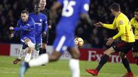 Pemain Chelsea, Eden Hazard (kiri) melakukan tembakan melewati adangan pemain Watford pada lanjutan Premier League di Vicarage Road stadium, London, (5/2/2018). Chelsea kalah 1-4. (AP/Frank Augstein)