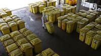 "Petugas membawa ""Wheeled Bin"" atau tempat sampah berisi limbah B3 medis Infeksius Covid-19 untuk dimusnahkan di PT Jasa Medivest, Karawang, Jawa Barat, Kamis (10/12/2020).  PT Jasa Medivest telah memusnahkan lebih dari 500 ton limbah B3 medis dari Maret - Oktober 2020. (Liputan6.com/Herman Zakharia)"