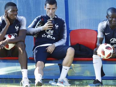 Paul Pogba, Antoine Griezmann dan Ngolo Kante santai menanti sesi latihan di Glebovets, Rusia, (12/7/2018). Latihan tersebut sebagai persiapan Prancis melawan Kroasia pada Final Piala Dunia 2018. (AP/David Vincent)