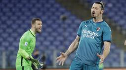 Ekspresi Striker AC Milan, Zlatan Ibrahimovic, usai gagal mencetak gol ke gawang AS Roma pada laga Liga Italia di Stadion Olimpico, Roma, Minggu (28/2/2021). AC Milan menang dengan skor 2-1. (AP/Gregorio Borgia)