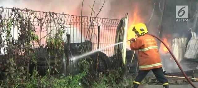 Sebuah lapak tempat penyimpanan ban bekas dikawasan Cikupa, kabupaten Tangerang, Banten, ludes terbakar, Rabu siang.