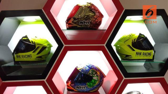 Helm merupakan sebuah kelengkapan berkendara yang sifatnya wajib Helm merupakan sebuah kelengkapan berkendara yang sifatnya wajib