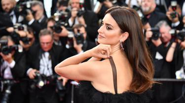"""Aktris Spanyol Penelope Cruz berpose saat tiba menghadiri pemutaran film """"Todos Lo Saben (Everybody Knows)"""" dan upacara pembukaan festival Cannes ke-71 di Cannes, Prancis (8/5). Penelope tampil cantik dengan gaun renda tulle hitam. (AFP Photo/Pizzoli)"""