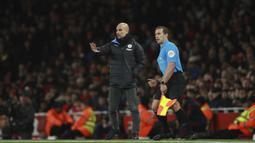 Pelatih Manchester City, Pep Guardiola memberikan instruksi kepada para pemainnya saat bertanding melawan Arsenal pada lanjutan Liga Inggris di di Stadion Emirates, London (15/12/2019). City menang telak atas Arsenal 3-0. (AP Photo/Ian Walton)