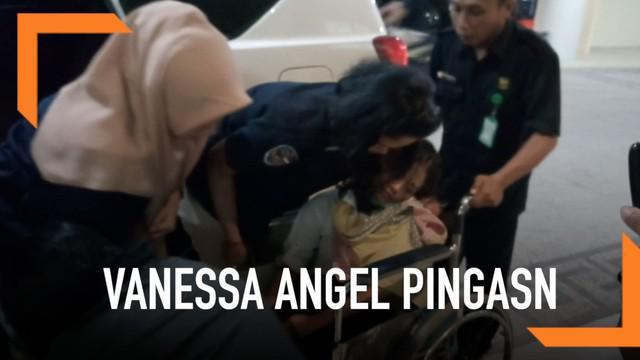 Vanessa Angel pingsan setelah 12 jam diperiksa polisi. Vanessa dibawa ke RS Bhayangkara Jawa Timur untuk mendapatkan perawatan.