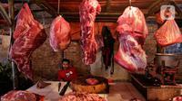 Pedagang menunggu pembeli di Pasar Kebayoran Lama, Jakarta, Sabtu (16/5/2020). Permintaan daging sapi jelang Idul Fitri meningkat hingga 50 persen daripada hari biasa  mengakibatkan harga naik dari rata-rata Rp100 ribu per kilogram menjadi Rp120 ribu per kilogram. (Liputan6.com/Johan Tallo)