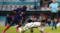 Permainan di lini tengah pun tak kalah seru. N'Golo Kante tampil apik buat Timnas Prancis yang selalu mengagalkan permainan dari Ilkay Gundongan. (Foto: AP/Pool/Matthias Schrader)