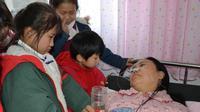 Li yang berbaring lemah bersama anak-anaknya. Source: Shanghaiist