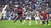 Gelandang AC Milan, Tiemoue Bakayoko, menyundul bola saat melawan Juventus pada laga Serie A di Stadion Allianz, Turin, Sabtu (6/4). Juventus menang 2-1 atas AC Milan. (AP/Andrea Di Marco)